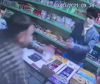 【強盗】店に銃を持った強盗が現れるが店員がすぐさま銃で反撃し撃退する衝撃映像