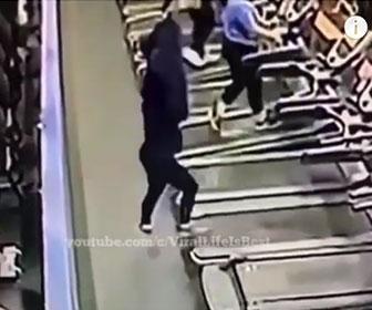 【衝撃】女性がルームランナーを使用中に服を脱ごうとするが…