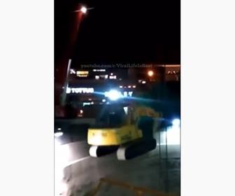 【事故】クレーンで重機を吊り上げ穴に下そうとするがワイヤーが切れ落下してしまう衝撃映像