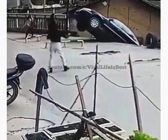 【事故】柵を突き破り車が駐車場から落下してしまう