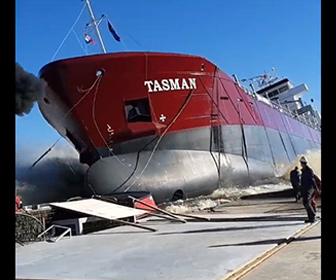【衝撃】90メートルある貨物船の浸水作業が上手くいかず、突然動き出した船から作業員が必死に逃げる