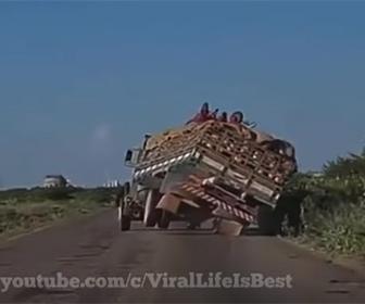 【事故】大量の荷物を運ぶトラックがコントロールを失い横転してしまう