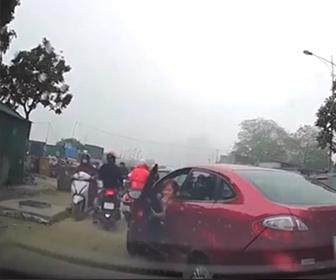 【事故】女性ドライバーがパニックになりアクセルとブレーキを間違え…