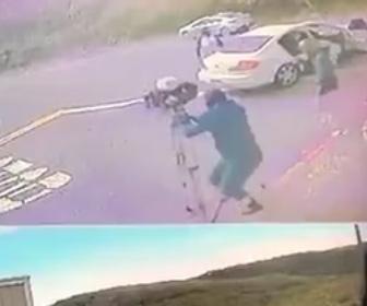 【強盗】ニュースのテレビクルーが強盗に襲われカメラを奪われる衝撃映像