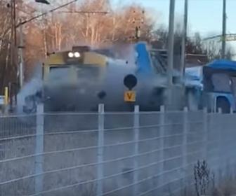 【事故】踏切で動けなくなったバスに猛スピードの電車が突っ込む衝撃映像