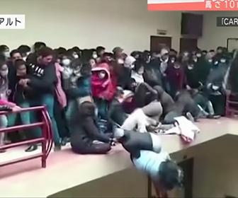 【閲覧注意動画】4階の柵が壊れ学生が落下してしまう衝撃映像