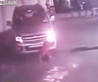 【事故】道に座っている少年に気づかず、動き出した車が少年を轢いてしまう衝撃映像