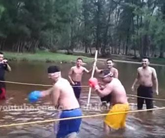 目隠しをした男性2人が川の中でボクシングをする面白映像