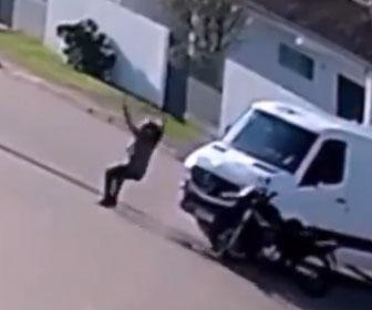 【事故】猛スピードのバイクが車に激突するがライダーが宙を舞い見事に着地をする衝撃映像