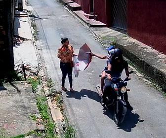 【強盗】路地を歩く女性がバイクに乗った武装強盗に襲われてしまう