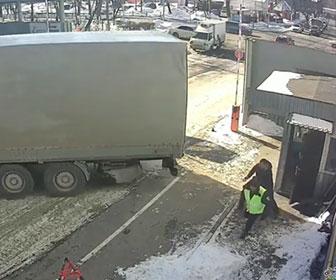 【事故】ブレーキが故障したトラックがバックで警備員BOXに突っ込んでしまう事故映像