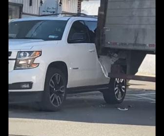 【事故】救急車を通す為、セミトラックがバックをするが路上に駐車している車に突っ込んでしまう