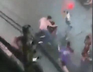 【強盗】強盗が必死にバイクで逃げようとするが強盗に気づいた人達が飛びかかっていく衝撃映像