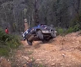 【【事故】ジープで斜面を登ろうとするが横転しながら落下してしまう事故映像