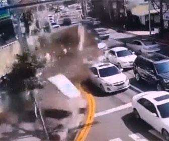 【事故】猛スピードのトラックが交差点に突入し、店の壁に突っ込む衝撃事故映像
