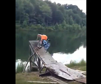 【衝撃】木製ジャンプ台に自転車で突っ込み池に飛び込もうとするが…