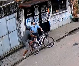 【強盗】男が自転車に乗ろうとしているおじいさんを殴り倒し自転車を奪って逃走する