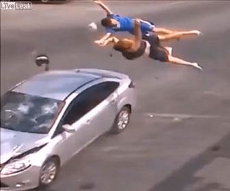 【事故】交差点で2人乗りバイクが猛スピードの車にはね飛ばされてしまう衝撃事故映像