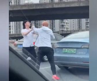【暴行】ロードレイジでドライバー2人が激しい戦い。高速道路で車から降り殴り合いになる衝撃映像
