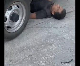【閲覧注意動画】3人の強盗に襲われた男性がトラックで強盗3人に突っ込んで行く衝撃映像