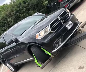 【衝撃】車がレッカーされそうになるが女性ドライバーが強引に車を降ろし走り去る