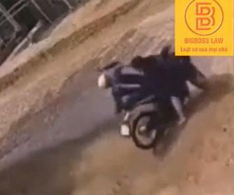 【戦い】門を壊して侵入してきたバイク泥棒に家主が飛びかかっていく衝撃映像
