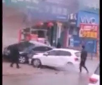 【衝撃】店内で争いになり女が車で駐車している車に突っ込みまくる衝撃映像