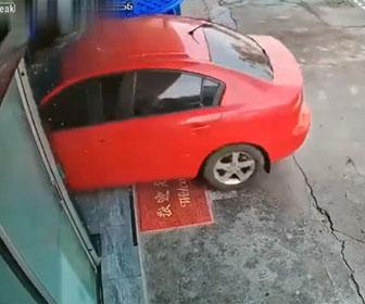 【事故】女性がアクセルとブレーキを間違え、車で店内に突っ込んでしまう事故映像
