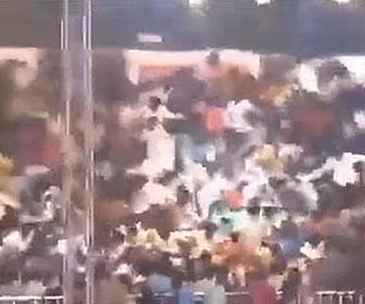【衝撃】カバディの試合中に観客席が崩壊し大勢が落下してしまう衝撃映像