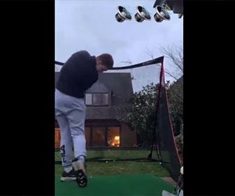 【衝撃】男性が庭でゴルフの練習中、ゴルフボールが家の窓ガラスを突き破り部屋に飛び込んでしまう