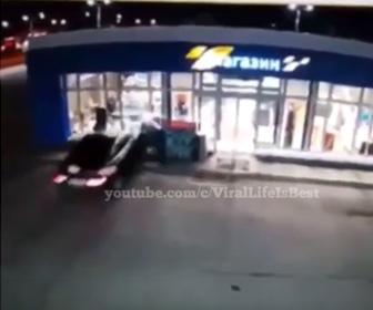 【事故】車が猛スピードで店に突っ込み店内にいた男性が撥ね飛ばされる衝撃映像