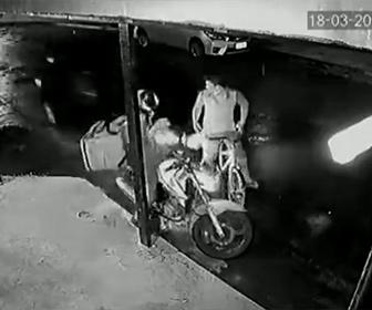 【衝撃】自転車に乗った強盗がバイクライダーを襲うが後ろで見ていた車が強盗に気づき…