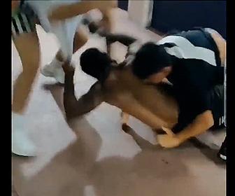 【喧嘩】1人対2人の喧嘩。黒人男性1人に2人の男が殴りかかる激しい戦い