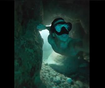 【衝撃】海水が噴き出す岩場の穴に飛び込み、水中トンネルと通って海に出る男性