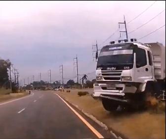 【事故】反対車線からコントロールを失った大型トラックが突っ込んでくる衝撃事故映像