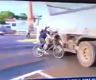 【事故】自転車で道を渡る女性がバイクと接触、バランスを崩し大型トラックに…
