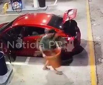 【泥棒】男がガソリンスタンドにある巨大な植木鉢を車で持ち去ってしまう