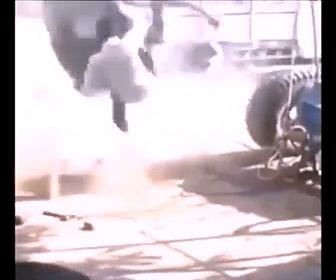 【衝撃】トラックタイヤが爆発、作業員2人が吹き飛ばされる衝撃映像