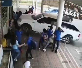 【事故】コントロールを失ったピックアップトラックが学生6人をはね飛ばし店に突っ込む衝撃映像