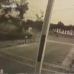 【事故】居眠り運転のポルシェが猛スピードで電柱に激突する事故映像