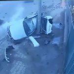 【事故】カップルが乗る車が猛スピードで電柱に激突してしまう事故映像