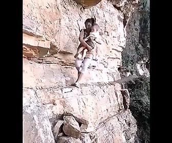 【衝撃】母親が赤ちゃんを抱いて狭く危険な崖を歩く衝撃映像