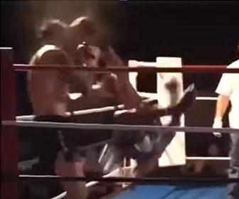 【衝撃】キックボクシングの試合で強烈なキック(旋風脚)でノックアウトする衝撃映像