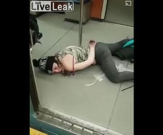 【動物】地下鉄電車内で意識を失っている女性にネズミが…