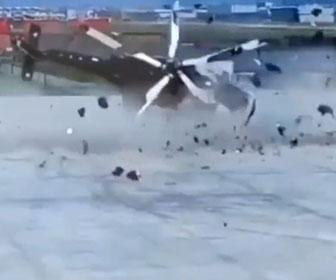 【事故】離陸しようとするヘリコプターが横転、地面に接触したプロペラがバラバラになり吹き飛んでくる衝撃映像