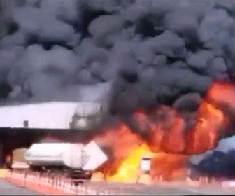 【事故】料金所に大型トラックが突っ込み炎上爆発。4名が死亡する事故映像