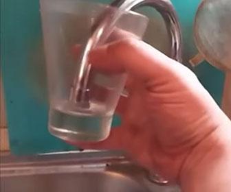 キッチンの蛇口から水が吸い込まれていく衝撃映像