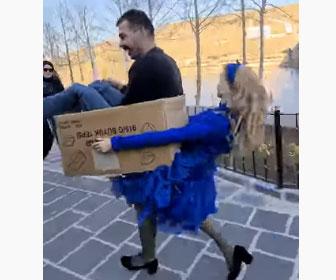 【衝撃】少女が男性を箱に入れて走るコスチュームが秀逸すぎる