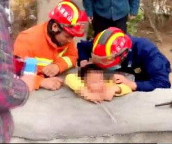 【動画】石のテーブルにはまり動けない少年をレスキュー隊が救出する