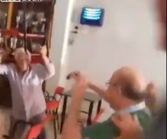 【喧嘩】おじいさんが喧嘩。怒ったおじいさんが椅子を投げまくる衝撃映像